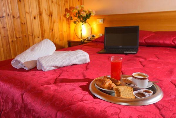 Camera Matrimoniale - Hotel Holidays Barrea - Vista Lago e Montagna