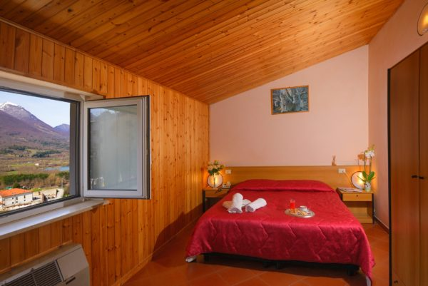 Camera Matrimoniale - Hotel Holidays Barrea - Vista Lago e Montagne